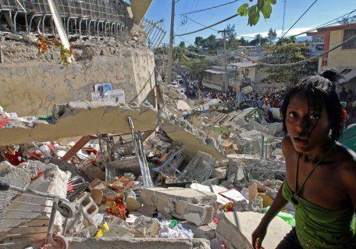Une jeune femme dans les décombres de Port au Prince. - Thony Belizaire AFP/Archives