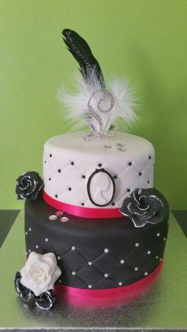 Gâteau d'anniversaire girly pour les 18 ans  du jeune demoiselle.  Parfum tout chocolat au lait.  Pour me suivre sur Facebook : Miss Cup N'Cakes.