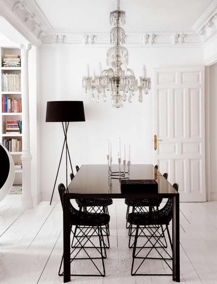 Love the ornate Murano chandelier in the modern space. Nacho Polo.