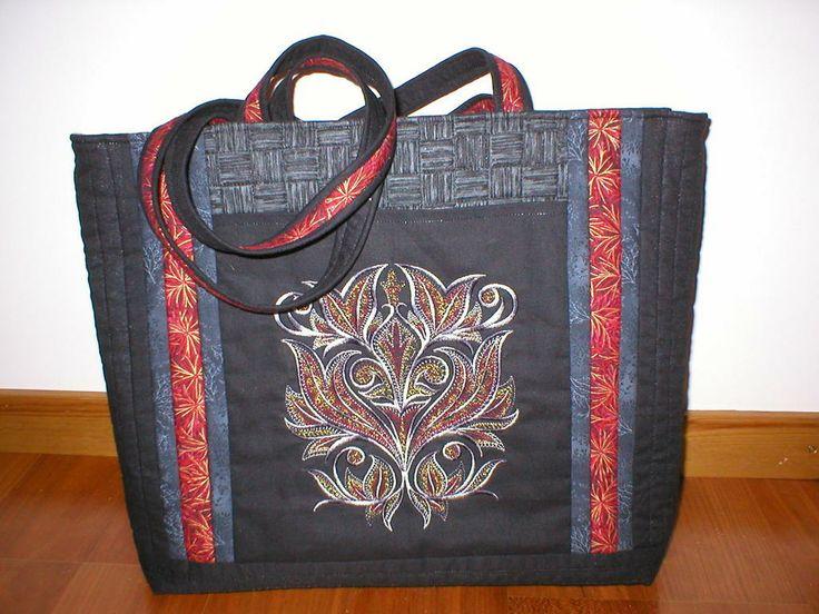 Svart/röd väska baksidan
