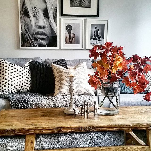 Foto av Lena Lidman på Instagram. Drömhemmet. Grå soffa, soffbord i rustikt trä.