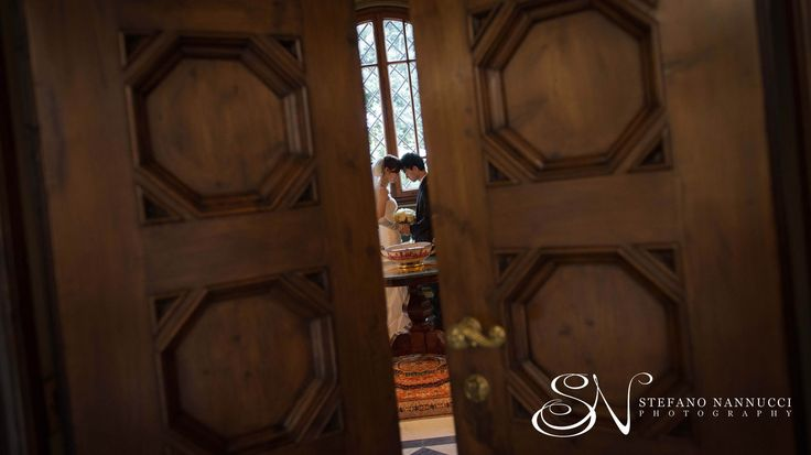 Wedding couple throught the door in the Four Season Hotel #weddinginflorence #fourseason hotelflorence #weddingphotographer