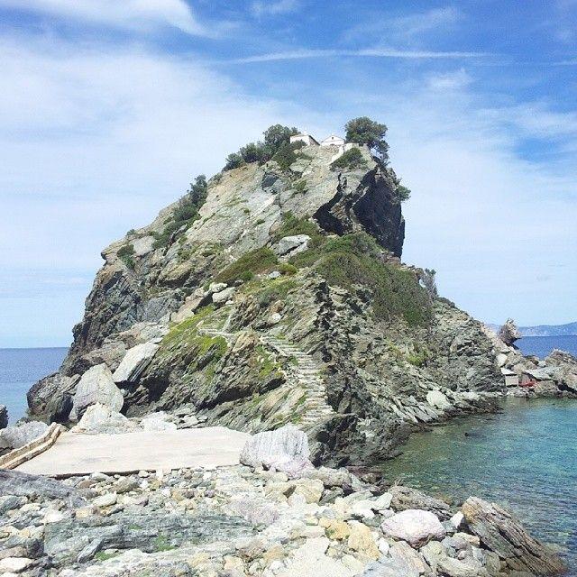 """På Skopelos ligger kirken Agios Loannis Kastri. Stedet blev meget berømt efter skabelsen af Mamma Mia filmen. Her sang skuespilleren Meryl Streep den kendte Abba sang """"the winner takes it all"""" og sprang op ad de 110 trin til brylluppet i kirken. Du kan læse mere om Skopelos her: www.apollorejser.dk/rejser/europa/graekenland/skopelos"""