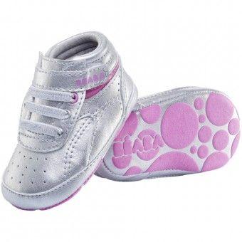 """Pantofiorii pentru bebelusi Beaba au fost ganditi pentru confortul copilului: forma pentru piciorul drept / piciorul stang, captuseala din piele in interior, talpa cu sistem anti-alunecare. Branturile sunt detasabile pentru a putea testa dimensiunea si pot fi apoi fixate cu o banda adeziva. Interiorul pantofiorilor este captusit cu piele naturala pentru ca piciorusul copilului """"sa respire"""", pentru a absoarbi transpiratia din timpul verii si a tine de cald in timpul iernii"""
