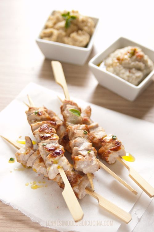 Souvlaki di maiale con hummus, babaganoush e insalata di feta. ©lennesimoblog