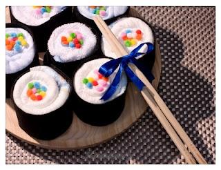 Sushi de pañales y ropita de bebé.     Contiene:4 pañales, 2 bodis, 1 baberos. Presentado en una bandeja de madera o cerámica. Excelente idea para un #babyshower temático