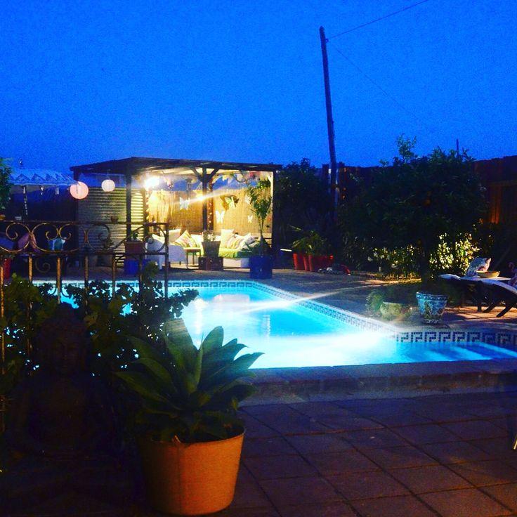 By night! Nieuwe led-verlichting in de tuin en op de terrassen. Ook in de loungehoek is het nu heerlijk zitten 's avonds. Boekje er bij, borreltje en tussendoor nog een plons in het zwembad.