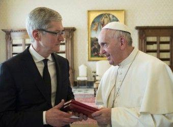 """После встречи с главой Apple Тимом Куком в Ватикане, Папа Римский Франциск сделал заявление про интернет и социальные сети. Интернет, соцсети и текстовые сообщения - """"дар божий, если они используются мудро"""", - заявил Папа.  """"Не технология определяет является ли общение истинным, а человеческое сердце и наша способность использовать с умом средства, которые есть в нашем распоряжении"""", - сказал он."""