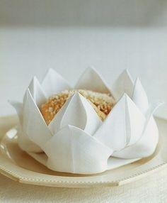 Lotusblumen aus Servietten falten - Anleitung-dekoking-com-2