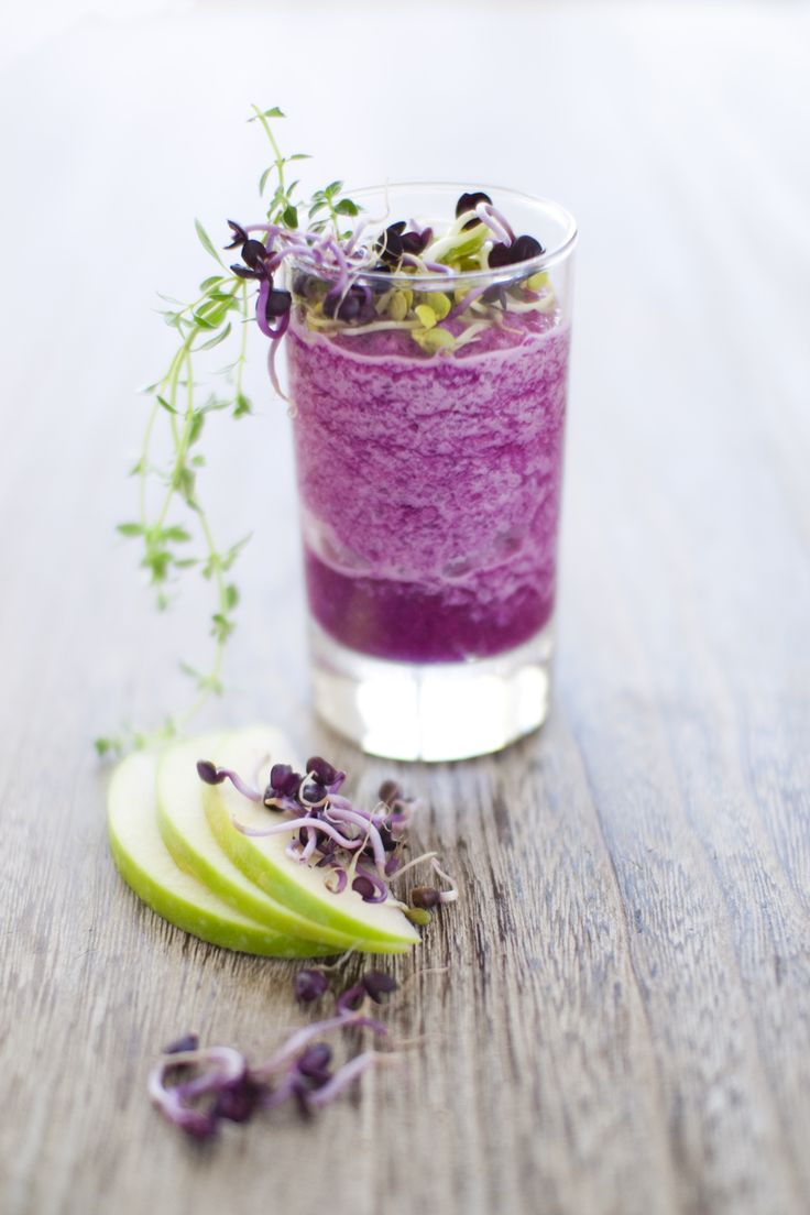 Granny smith apple and cabbage smoothie. So healthy, so purple! ( the site is in French)
