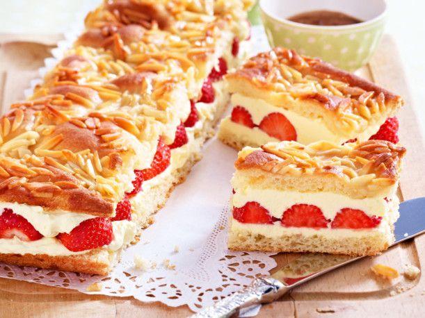 Unser beliebtes Rezept für Erdbeer-Bienenstich und mehr als 55.000 weitere kostenlose Rezepte auf LECKER.de.