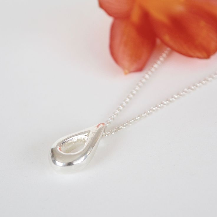 Håndlaget sølvsmykke formet som en dråpe. Sandstøp. Zylla smykker.