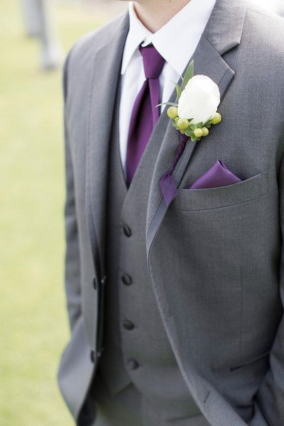Trajes para novios en gris y borgogna. Purple and grey groom's suits. Fotografía Alyssa Marie Photography