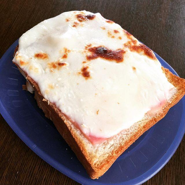 昼食は、分厚くカットしたトーストに、ハムとたっぷりのチーズを乗せて焼き上げた #ピザ #トースト 。 ・ ・ ・ #グルメ #昼食 #昼飯 #昼ご飯 #ピザトースト #手作り #簡単 #冷蔵庫にあるもの #パン #チーズ #腹パン #おなかいっぱい #満腹 #ダイエット #週に一度の贅沢 #gourmet #food #dinner #pizza #Homemade #handmade #toast #bread #cheese #diet #Satiety