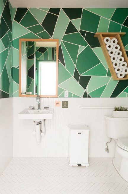 Bonito cuarto de baño con pared pintada en tonos verdes