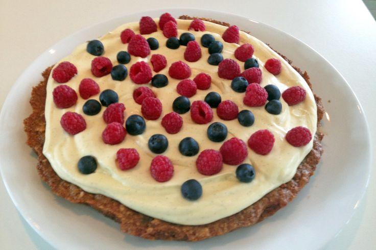 Ritzkjeks kan brukes til så mye mer enn til ost eller snacks. Du kan for eksempel lage en nydelig kake med sprø nøttebunn toppet med myk vaniljekrem. Kombinasjonen av kjeks, nøtter og krem gir en herlig blanding av salt og søtt. Bærene gir en nydelig friskhet til det hele. Server kaken til bursdag eller fest.