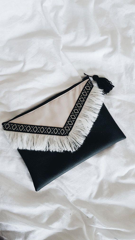 Pochette Boheme en simili cuir avec franges en laine. Idéal portée en soirée ou au quotidien