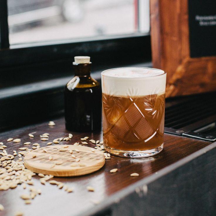 Виски — 50 мл  Сауэр микс — 20 мл  Пивной сироп — 20 мл  Белок — 20 мл  Пиво темное — 50 мл