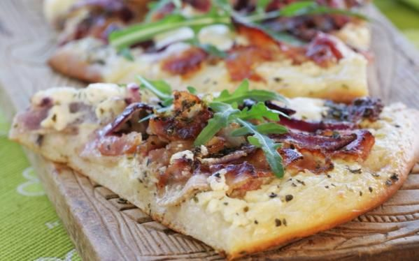Oppskrift på Pizza med Crème Fraîche og bacon