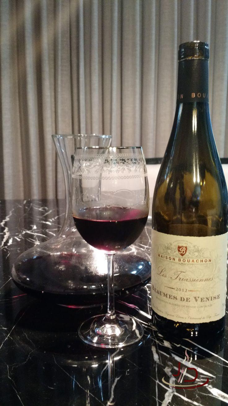 Ótimo vinho francês da região do vale do Rhône. Possui uma boa relação custo benefício e pode ser degustado em qualquer ocasião.