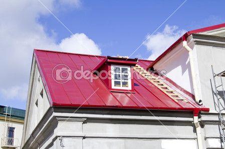 Telhado vermelho com sistema da calha, escada e sótão — Imagem de Stock #13046558