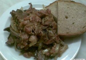 Vepřová játra, slaninu a cibuli nakrájíme na slabé plátky. Na rozpálenou pánev dáme anglickou slaninu (je-li libová, přidáme lžíci oleje) a necháme ji...