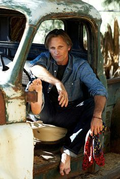Casual Men's Fashion ~ Viggo Mortensen, por Nigel Parry