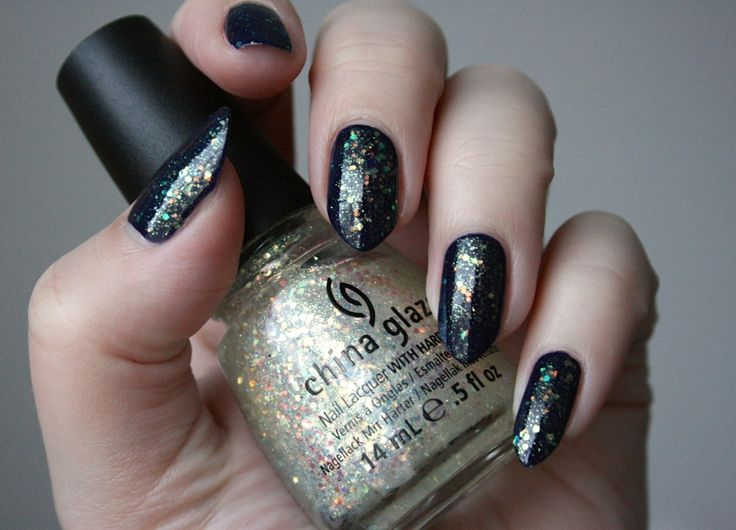 Night sky: black and glitter nails Yötaivas: mustat glitterkynnet  http://dixinn.blogspot.fi/2014/11/yotaivas.html