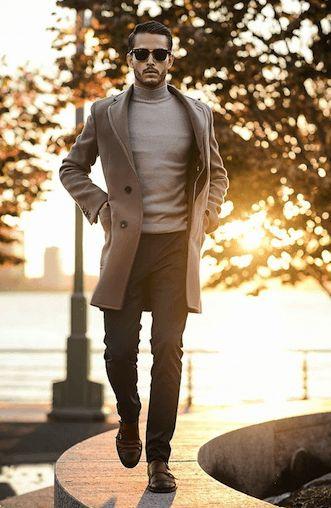 冬ファッションメンズ流行のキャメルベージュのチェスターコートにタートルネック