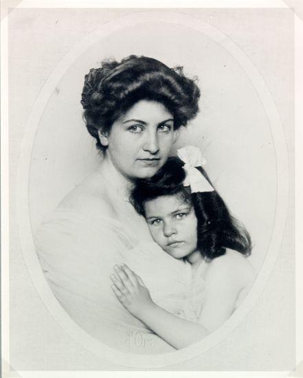 Alma a deux enfants avec Mahler, Maria (1902-1907), qui meurt des suites de la scarlatine compliquée d'une diphtérie, et Anna (1904-1988) qui deviendra sculpteur après avoir été elève de Giorgio Chirico à Rome ~  Alma Mahler avec Anna Mahler