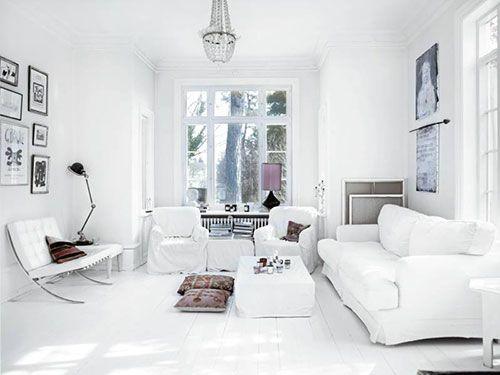 Fotolijstjes ophangen in woonkamer