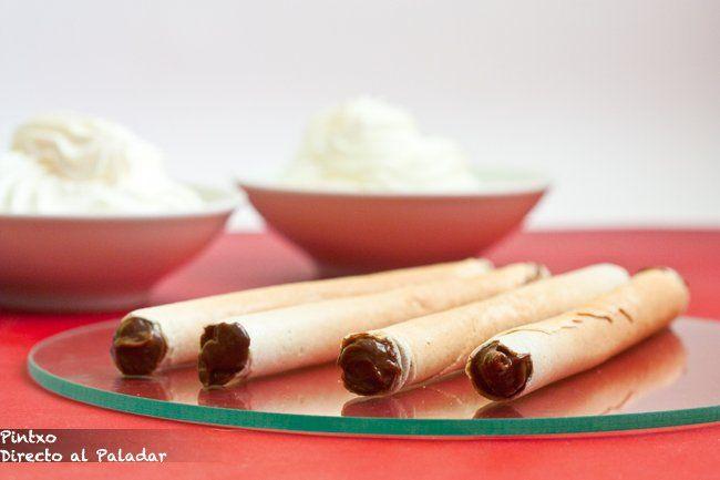 Canutillos de barquillo rellenos de crema pastelera de chocolate.