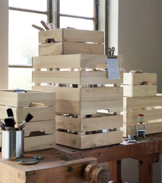 Pracovný stôl naplnený skladovanie prepraviek neošetrené masívnej borovice.