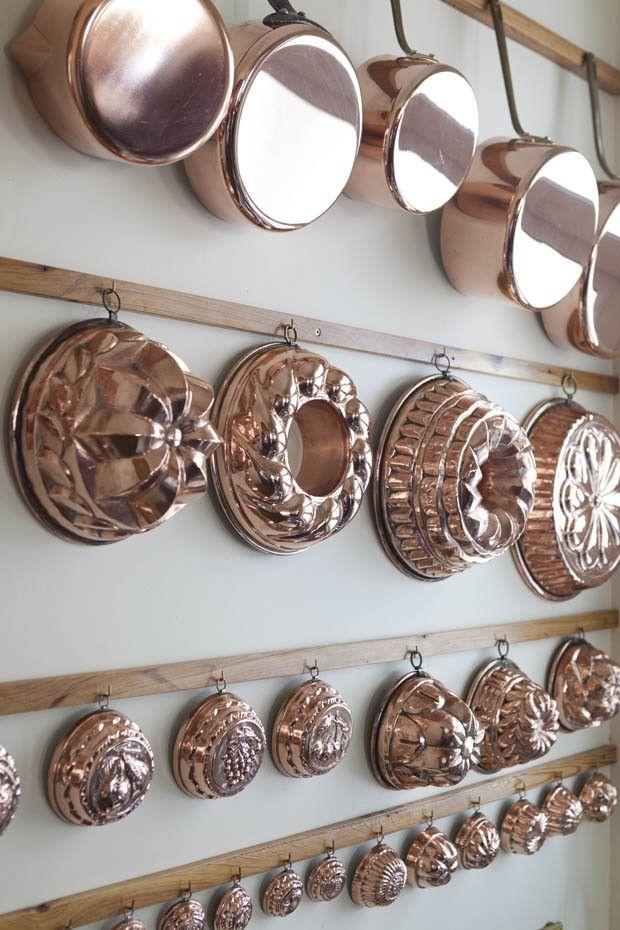 Apartamento do chef Olivier Anquier (Edifício Esther – Praça da República, SP)...I have a copper bunt pan for looks!