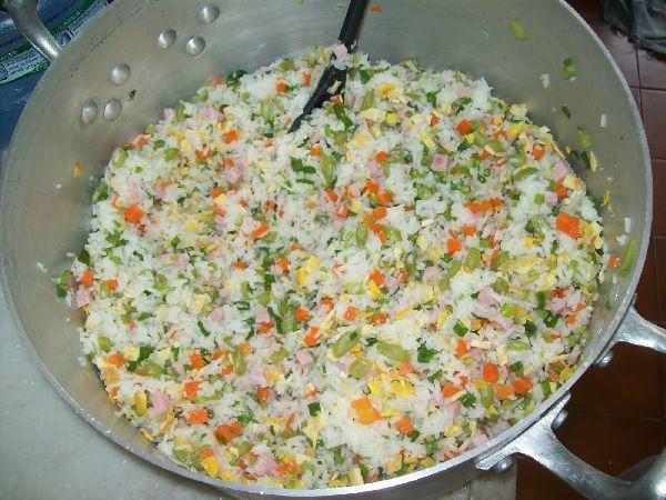 O Arroz Coloridoé uma receita típica chinesa que conquistou os brasileiros. Ele é uma opção deliciosa para variar o arroz do dia a dia e combina com todos