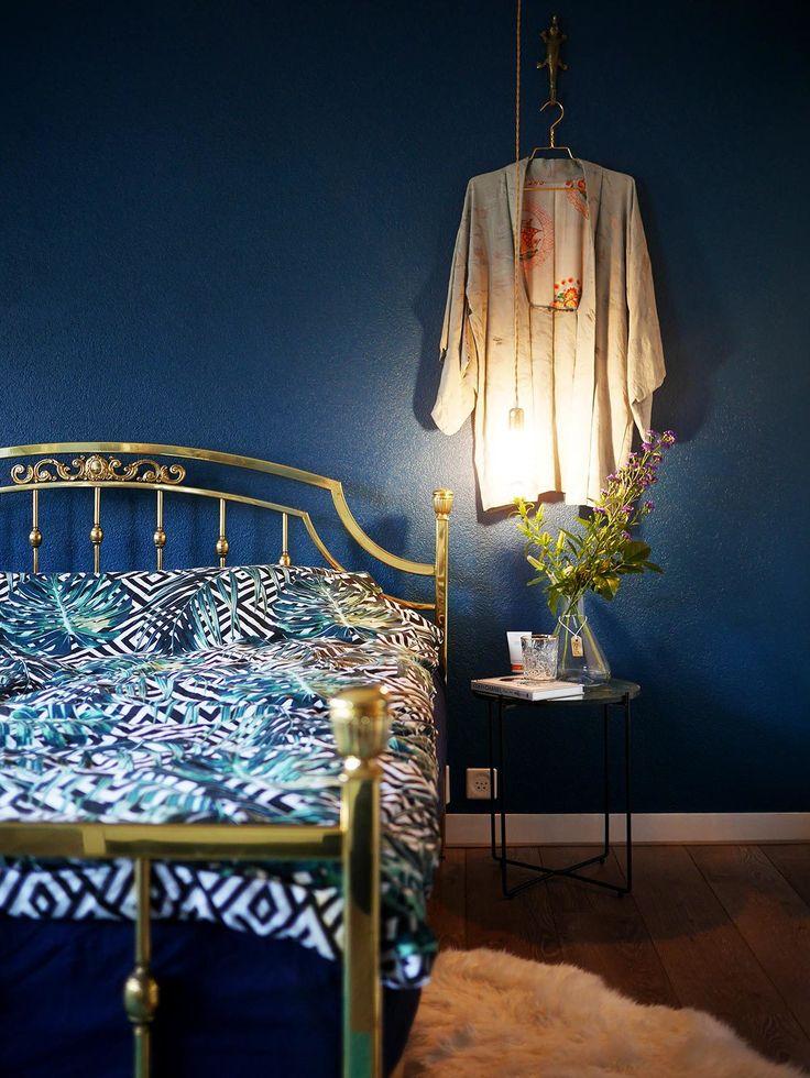 Blauwe muren in de slaapkamer.
