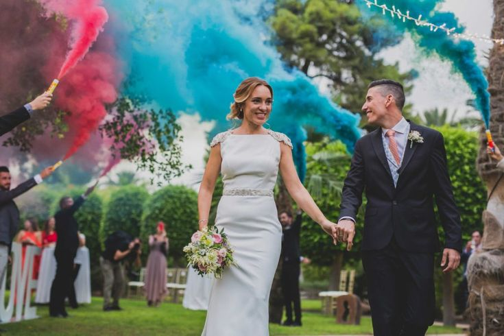 wedding decor, planner, organizacion eventos, inspiracion boda, inspiration, ramo de novia, bridal bouquet, coloured smoke, sweep in | Photo by Amalgama