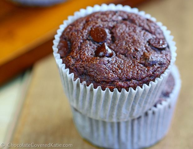 These rich and chocolatey low fat chocolate muffins are ADDICTIVELY delicious; a…