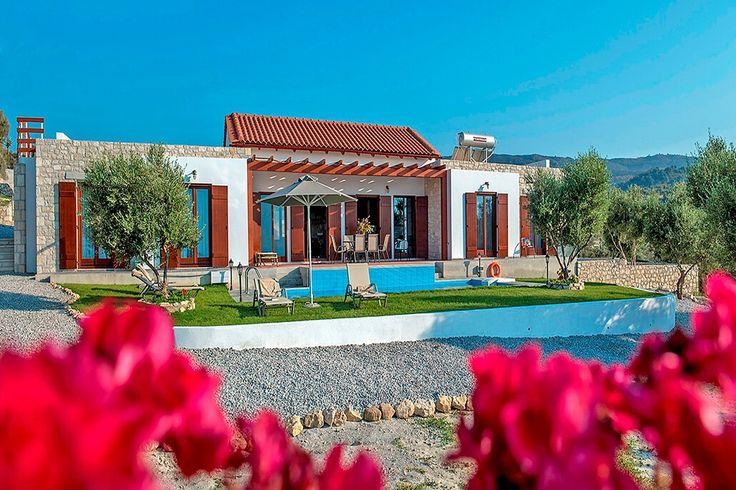 Description: Een luxueuze villa met privé zwembad tussen de olijfbomen en wijngaarden van Kreta  Ideaal voor een grote familie of twee gezinnen Villa Kyria is je droomvilla als je op zoek bent naar een serene plek waar je terecht kunt met een grote familie of twee gezinnen. De villa in bungalow stijl met 4 slaapkamers is prachtig en ruim je hebt een mooi zwembad tot je beschikking en het is er lekker rustig. Geen bedoening en onbeperkte privacy. Op het domein van 1.500 m2 heb je een subliem…