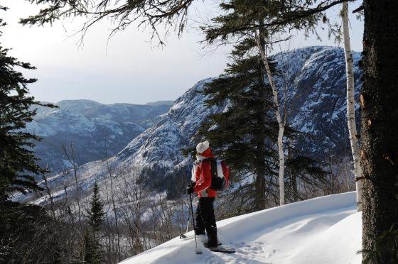 PARC NATIONAL DES GRANDS-JARDINS - Le parc offre l'occasion de vivre une expérience unique et incomparable de raquette et de ski nordique (35 km de sentiers de niveau intermédiaire ). En hiver, l'ascension du Pioui, du Mont du Lac des Cygnes et de la Chouenne est une expérience en soi et vous serez surpris par le panorama grandiose au sommet. Il est possible de prolonger le séjour en louant un de nos nouveaux EXP, un chalet rustique, un refuge ou un emplacement de camping.