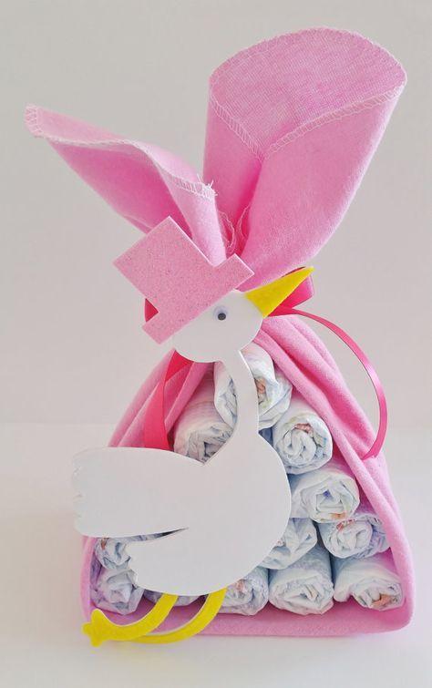 La cigüeña está a punto de hacer una entrega especial! Dar a la nueva mamá de un regalo de la ducha de bebé bueno con este paquete de la cigüeña! Esto también hace de un pedazo de gran centro para cualquier baby shower. Cada paquete de la cigüeña que hago comienza con 15 usable, pañales de alta calidad envuelven en franela de color rosa suave. Está rematado con coordinación de cinta y una cigüeña de espuma adorable trazada con un patrón que hice! Todas las creaciones del pañal que hago…