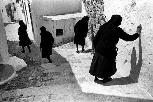 François Le Diascorn: Four women in black from the back, Patmos, Greece, 1980
