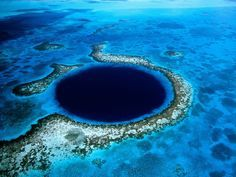 LeGrand Trou Bleuest uncénotesous-marin circulaired'un diamètre de plus de 300m et de 120m de profondeur.Au départ, c'était une grotte calcaire. Avec le temps, le niveau de l'eau est monté. Le toit de la grotte s'est affaissé et l'eau à englouti le trou.  En 1971, le célèbreJacques-Yves Cousteauy est venu avec sa Calypso (son bateau) pour y plonger et dresser une carte de ses profondeurs.