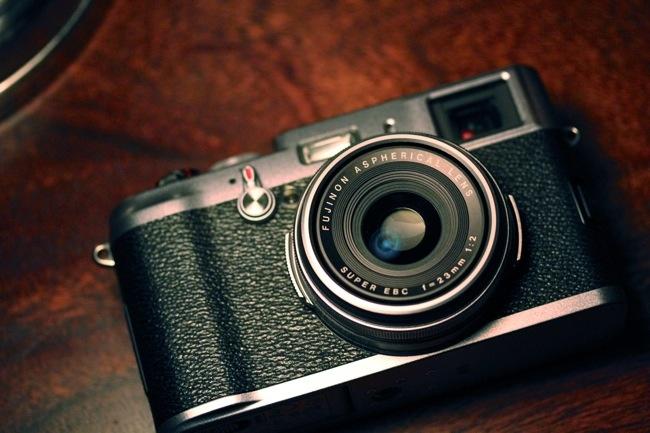 I LOVE this camera... oh my.... Fuji FinePix X100...