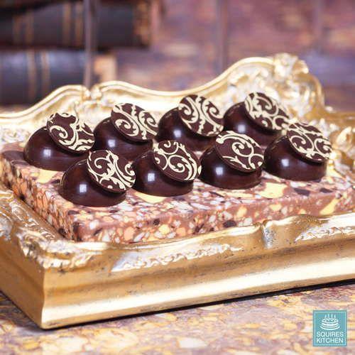 Flot og elegante transfer ark med guld baroque mønster, lige til at dekorere dine chokolade kager og desserter. Arket er lavet af acetat med mønster i kakaosmør.   ...
