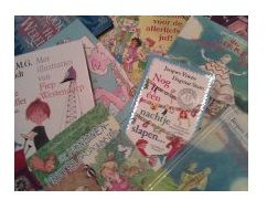 Boekoriëntatie - Laat de leerlingen de kaft van drie verschillende boeken bekijken. Laat hen benoemen wat ze al weten over het boek, alleen door naar de kaft te kijken. Van te voren heb je van een van de boeken een aantal bladzijdes gekopieerd. Lees voor vanaf deze kopieën. Kunnen de kinderen zelf aangeven uit welk boek er wordt voorgelezen? Laat ze ook argumenten geven voor hun keuze.