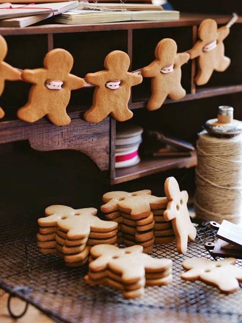 gingerbread garland - now this would smell amazing. Totally getting mom's recipe. I remember her doing this as a kid