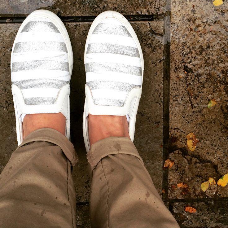 Wat'n Wetter... ☔️ da müssen wenigstens die Schuhe sommerlich glitzern! #SlipOns GlamStripes von #LoganShoes great for #rainysummerdays ❤️ #outfitoftheday #trendshoes #germansummer #fashionblogger #wiesbaden #mywiesbadenmoments #stilcarree