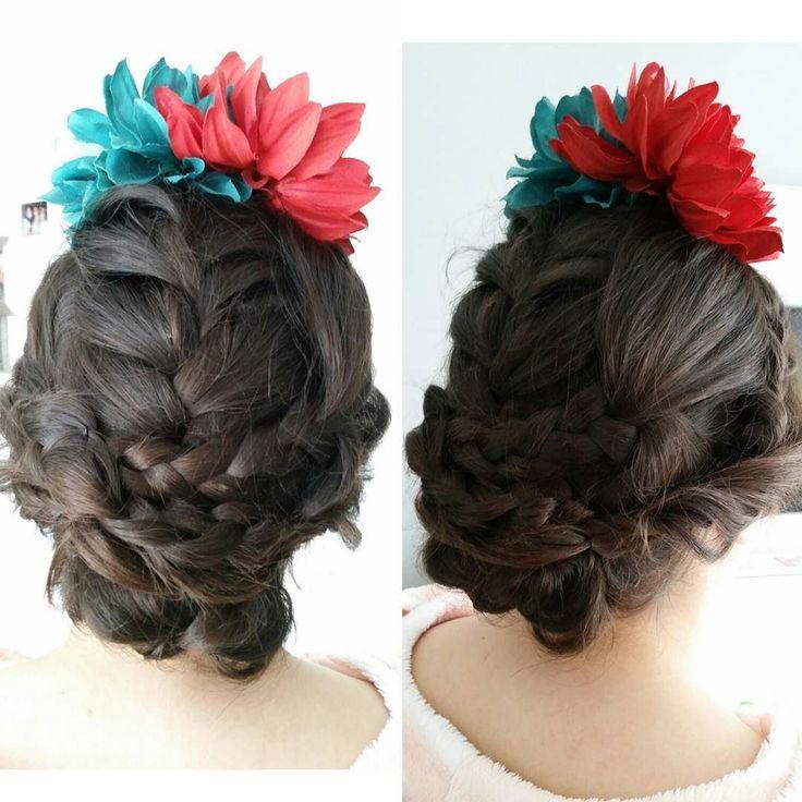Buenos días cariñoteeeeees! Os tengo un poco abandonados cierto es pero aquí tengo para mostraros un recogido de feria lleno de trenzas que le hice a la encantadora Rocío. Qué os parece? Feliz viernes de Feria!  #peinado #hairstyle #updo #recogido #trenzas #braids #feria #fair #sevilla #seville #flamenca #moda #fashion #estilo #style #juvenil #youth #glamouRosa #flamencasglamouRosas #flores #flowers #adoroloquehago #ilovehairstyle #ilovemyjob #medalavida #amolospeinados by glamourosa_rsmaq