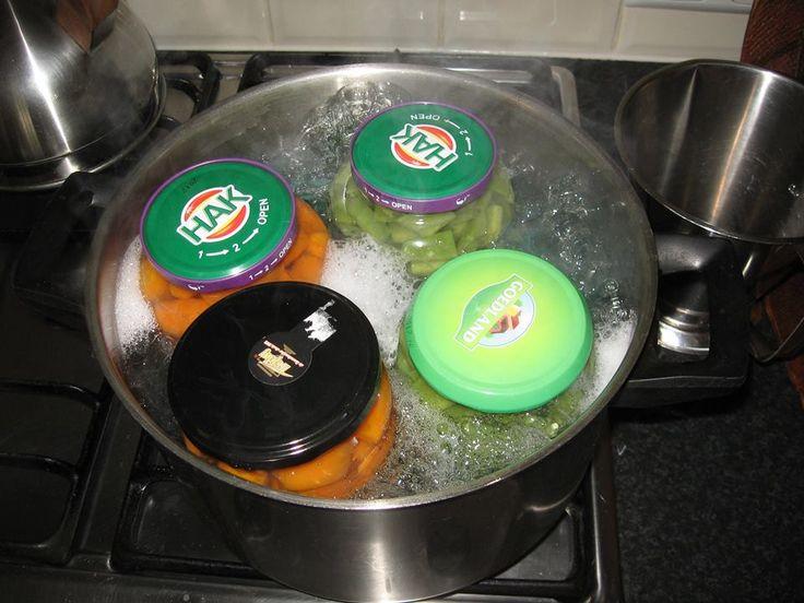 SIMPEL WECKEN. Potten vullen met kleine stukken groenten, aandrukken. Beetje zout erop. Tot rand vullen met kokend water. Deksels erop. Pan water koken, doek op bodem, potten erin, water  tot 2 cm onder de rand van de deksels. 1 uur koken, gas uit, af laten koelen in de pan. ( schuim op de foto komt van de keukendoek, die op de bodem van de pan ligt; wasmiddel! ). Wim Boers op FB.